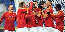 Roma-Bari: Juan festeggiato dopo il gol