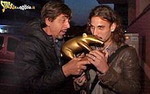Osvaldo riceve il tapiro