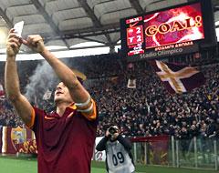 Roma-Lazio: recordman Totti fa un selfie da 2 gol