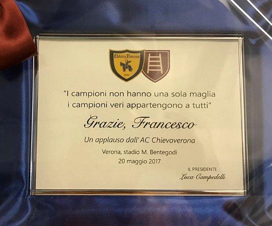 Chievo-Roma: la targa che Campedelli ha regalato a Totti