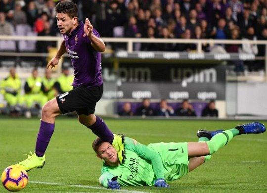 Fiorentina-Roma: Simeone si tuffa e dà un calcio in faccia a Olsen... L'arbitro abbocca e dà il rigore!